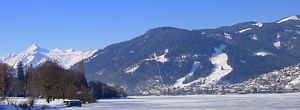 View over the frozen lake onto Zell am See and the Schmittenhöhe.